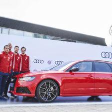 Robert Lewandowski i inni piłkarze Bayernu Monachium odebrali nowe modele Audi